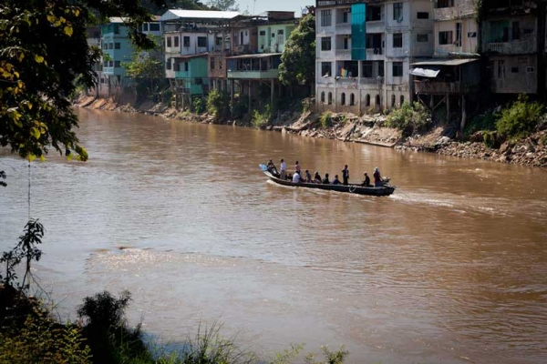Unregistered workers from Thailand riskily pay ten bahts to illegally cross the river to Burma to sell their goods for a better price. (Jacques Maudy)