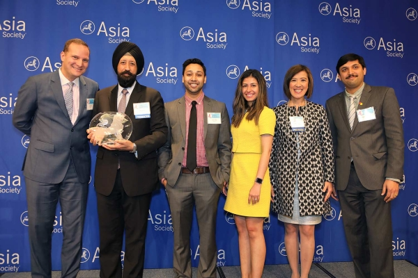 Ravi Aurora (L2) on behalf of MaterCard receives the award for Best Employer for Promoting Asian Pacific Americans into Senior Leadership Positions. (Ellen Wallop/Asia Society)