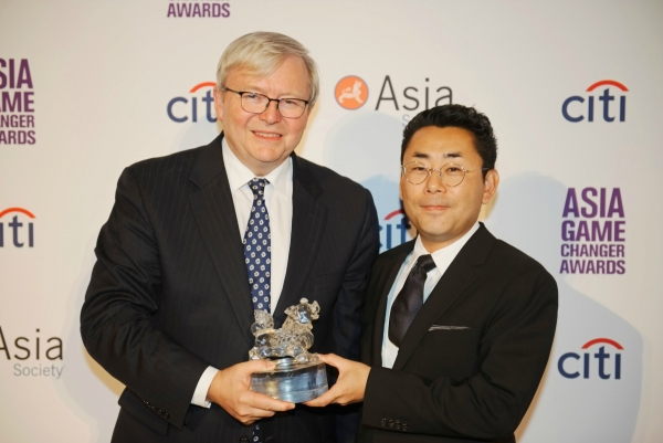 Kevin Rudd presents an Asia Game Changer award to Kazumi Yanai