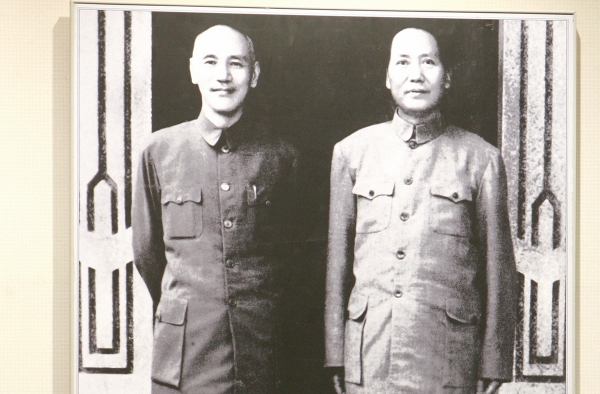 Chiang Kai-Shek (L) and Mao Zedong (R), 1945