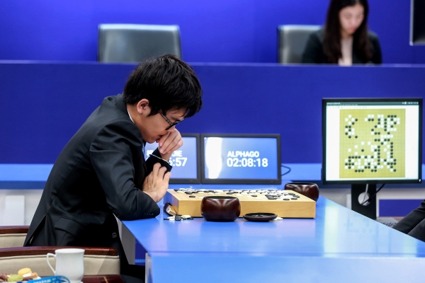 Ke Jie plays Go against an artificial intelligence program.
