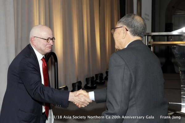 ASNC Advisory Board Co-Chair and Trustee Kenneth P. Wilcox (left) shakes hands with ASNC Advisory Board Chairman Emeritus Chong-Moon Lee (right) (Frank Jang/Asia Society)