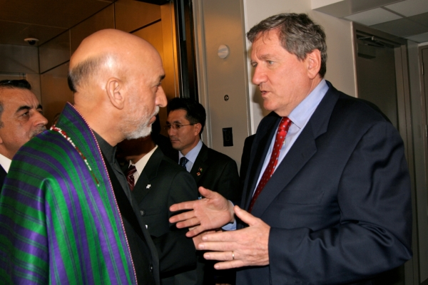 Hamid Karzai (L) and Richard Holbrooke (R)