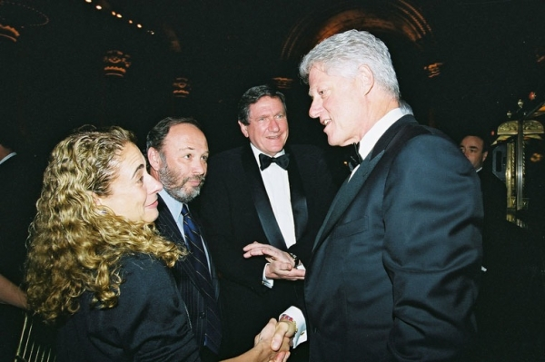 2003 prize winner Elisabeth Rosenthal (L) with, from left, Joe Klein, former Asia Society Chairman Richard Holbrooke and President Bill Clinton. (Elsa Ruiz/Asia Society)