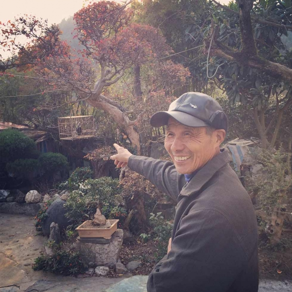 Since retiring from his job at the county post office 15 years ago, Qian Shi'an has returned to Bishan to cultivate his garden. He is especially interested in landscape design, miniature trees and rockery. (Sun Yunfan)