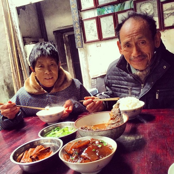 Wang Shuochang and his wife Shu Juzhen having lunch at home. (Sun Yunfan)