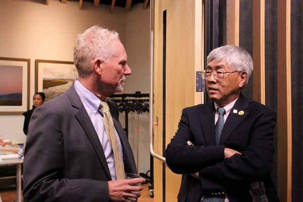 Prior to the event, ASNC Executive Director N. Bruce Pickering catches up with Buck Gee, a member of the ASNC Advisory Board. (Yiwen Zhang/Asia Society)