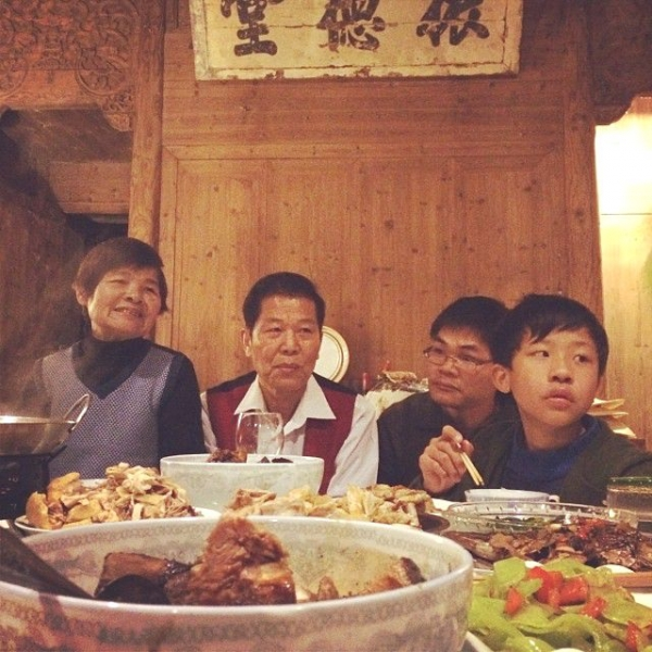 Three generations of the Ou family enjoying dinner together. (Sun Yunfan)