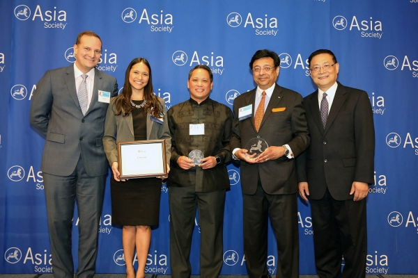 Shariq Yosufzai (R2) and Maureen Glennon (L2) on behalf of Chevron receive the award for Distinguished Performance: Best Employer for Asian Pacific Americans to Develop Workforce Skills. (Ellen Wallop/Asia Society)