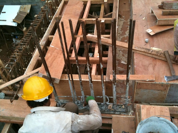 Construction of a structural column in Indonesia, 2010. (Shanghai Daddy/Flickr)