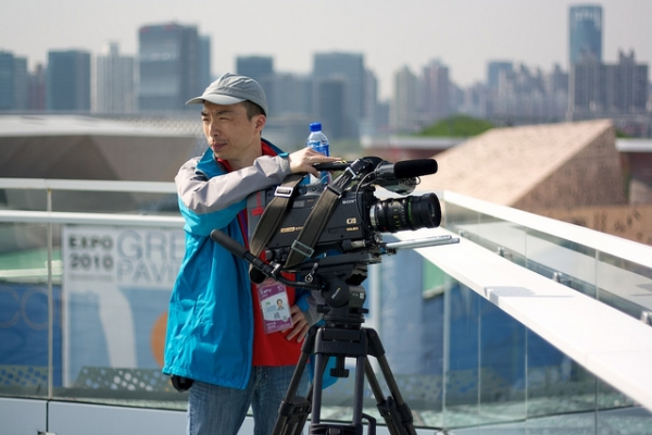 A camera operator from CCTV News on the roof of the Swedish pavilion at the 2010 World Expo in Shanghai. (Flickr/Tobias Andersson Åkerblom)