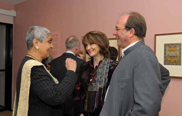 L to R: A guest chats with Olivia and William Dalrymple. (Elsa Ruiz)