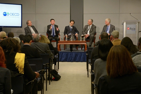 Members of the panel discussion. From left: Hau Kit-Tai, Lee Sing Kong, Suzuki Kan, Tony Jackson (moderator), and Andreas Schleicher. (Elsa Ruiz/Asia Society)