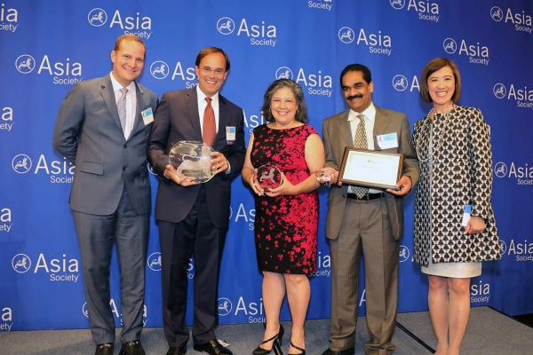 Robert Mailoux (L2) on behalf of Freddie Mac receives the award for Best Employer for APA Employee Resource Groups. (Ellen Wallop/Asia Society)