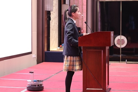Hangzhou No. 2 High School sophomore Ji Churong demonstrates her robot, which is equipped with sensors and able to follow people it homes in on. (Hangzhou/Wang Peiyu)