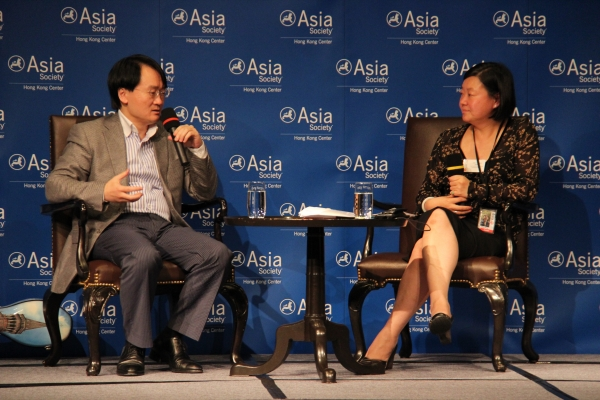 Wang Jian (L) discussed his career with interim executive director Alice Mong (R) at Asia Society Hong Kong Center on May 6, 2012. (Asia Society Hong Kong Center)