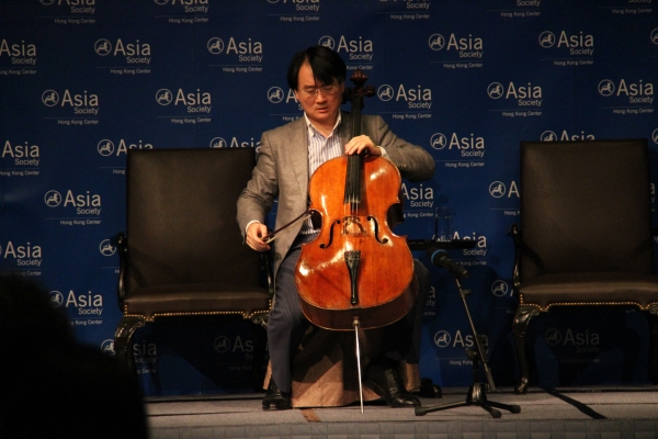 The audience received a special treat as Wang prepared for a short solo performance. (Asia Society Hong Kong Center)