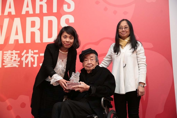 Eve Tam, Director of Hong Kong Museum of Art, presenting artist Hon Chin Fun with an Asia Arts Award, with Mrs. Hon, at the 2017 Asia Arts Awards Hong Kong.