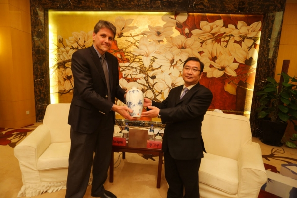 Asia Society Executive Vice-President Tom Nagorski receiving a present from Mr.Chen Wei Ping, Vice-Mayor of Zhenjiang Municipal People's Government.