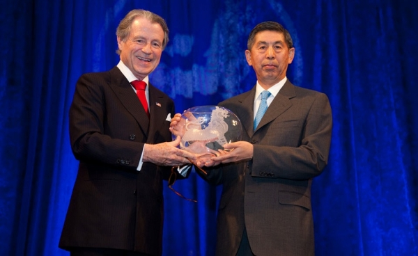 Dan Kong, CITIC Group Chairman and International Business Leadership Awardee, with Leo Daly. (Les Talusan/Asia Society)