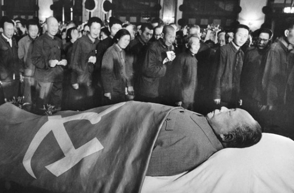 Mao Zedong's body on display for mourners after his death in September 1976. (Xinhua)