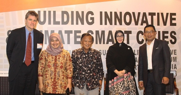 The Forum's opening session was a panel discussion with Indonesian regional mayors