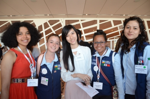 Young Scholar Zhuo Yaqin interacts with 1000Girls, 1000Futures mentees at the 2016 Global Stem Alliance Summit, hosted by the New York Academy of Sciences. (Jenny Xu)