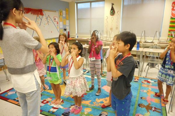 Playing Simon Says in Chinese. (Glastonbury/GEHM Foreign Language Department)