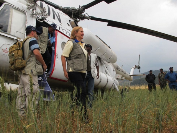 Josette Sheeran steps from a UN helicopter upon her arrival in Cyungo, Rwanda, on July 28, 2010 (WFP/Peter Smerdon)