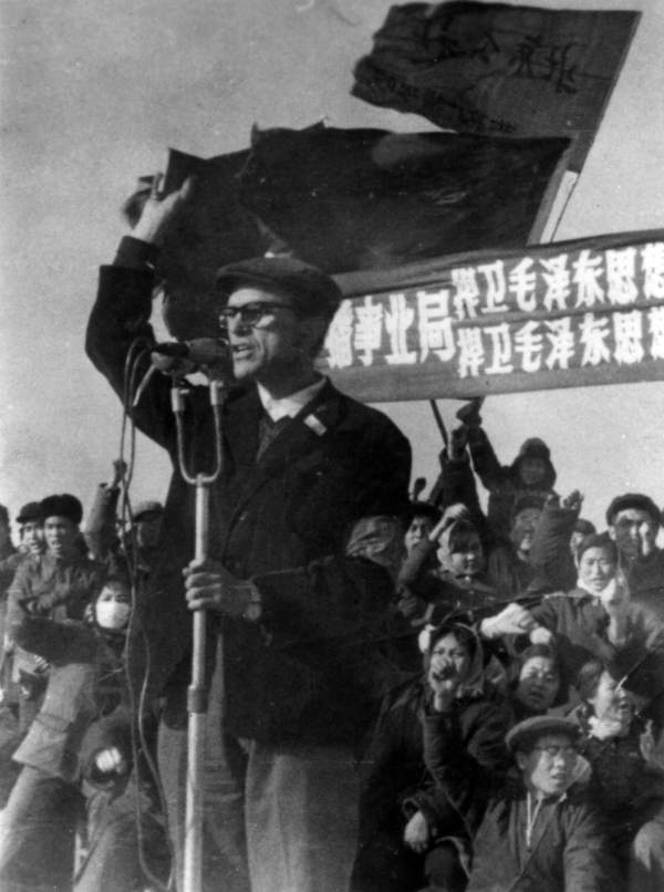 Sidney Rittenberg exhorts a large crowd in Tiananmen Square to defend Mao Zedong Thought. (Personal Collection of Sidney Rittenberg)