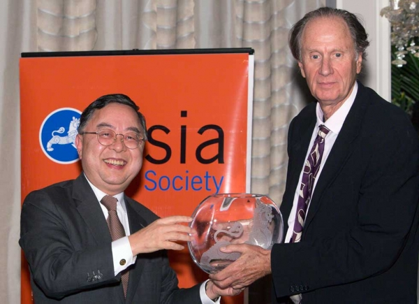 Asia Society Co-Chair Ronnie Chan presents the Global Leadership Award to David Bonderman, founding partner of TPG. (Bennet Cobliner)