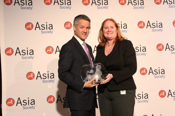 On behalf of Goldman Sachs, Chris Kojima (L) accepts the 2015 Overall Best Employer for Asian Pacific Americans award from Asia Society's Christine Davies (R) at the 7th annual Diversity Leadership Forum. (Ellen Wallop/Asia Society)