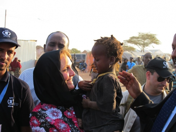 Josette Sheeran holds a young girl in the Hiran camp for displaced people on the edge of South Galkayo in the state of Galmudug in central Somalia, April 3, 2011. (WFP/Peter Smerdon