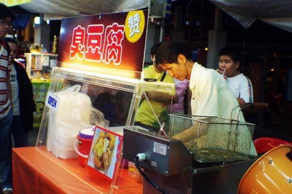 Smelly beancurd or stinky tofu: fans swear by it, others run for their lives with their noses pinched. This fermented tofu is usually deep-fried, and one can smell it at any night market before one sees it in Taiwan. (Saki Yuen)