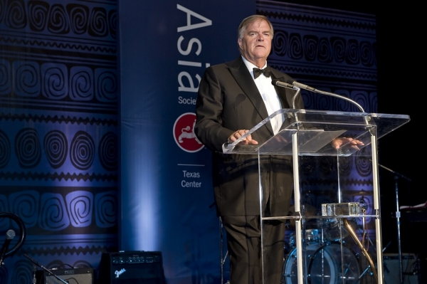 Ambassador Kim Beazley accepts the Texas Center's Roy M. Huffington Award for Contribution to International Understanding on behalf of Australia's Prime Minister, Kevin Rudd. (Jeff Fantich Photography)