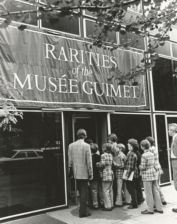 Schoolchildren line up to view an Asia Society exhibition in 1975.